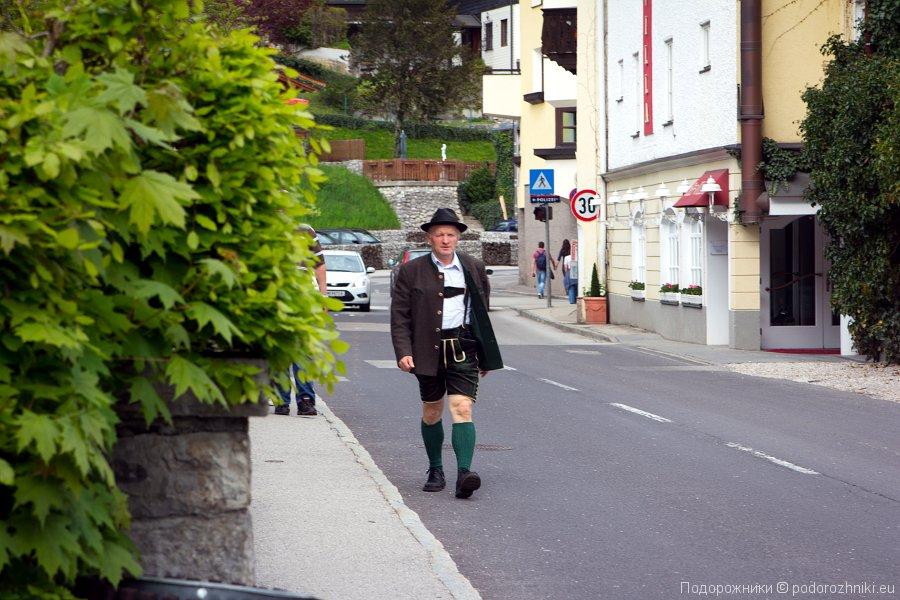 Австрийцы в национальной одежде