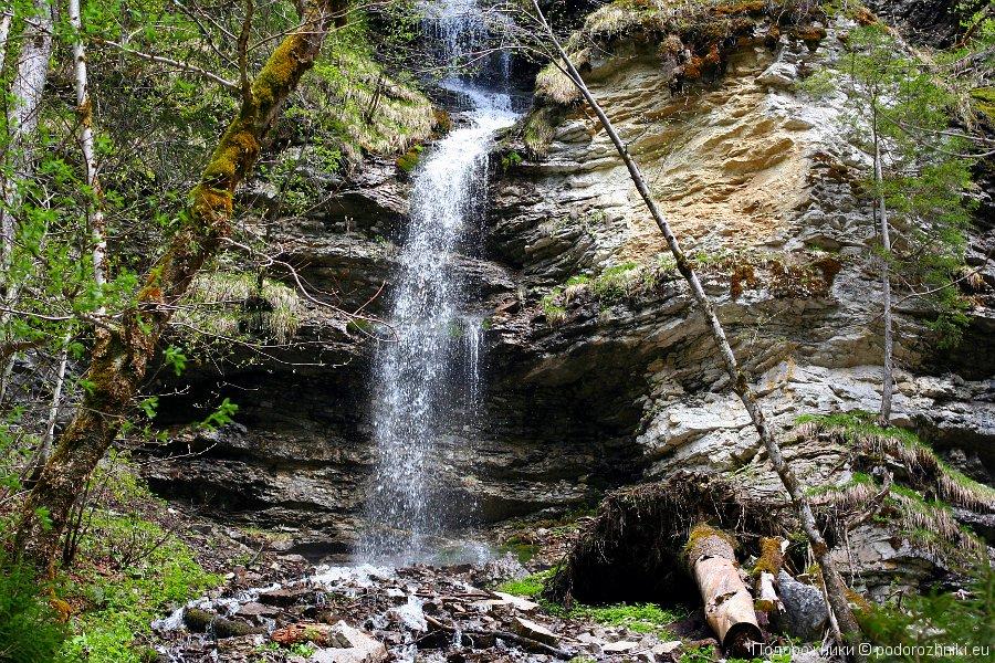 Водопад по дороге к верхнему озеру