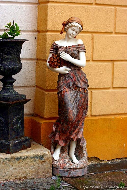 Статуя у входа в винный погреб