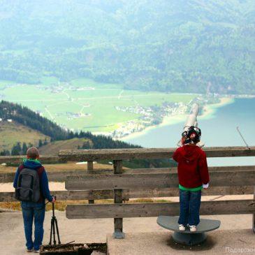 Мужчины смотрят на Вольфгангзее