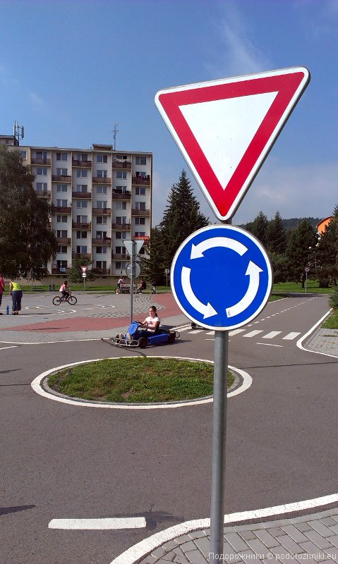 Круговое движение, детская транспортная площадка