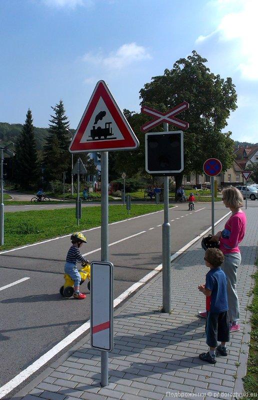 Знаки у железной дороги