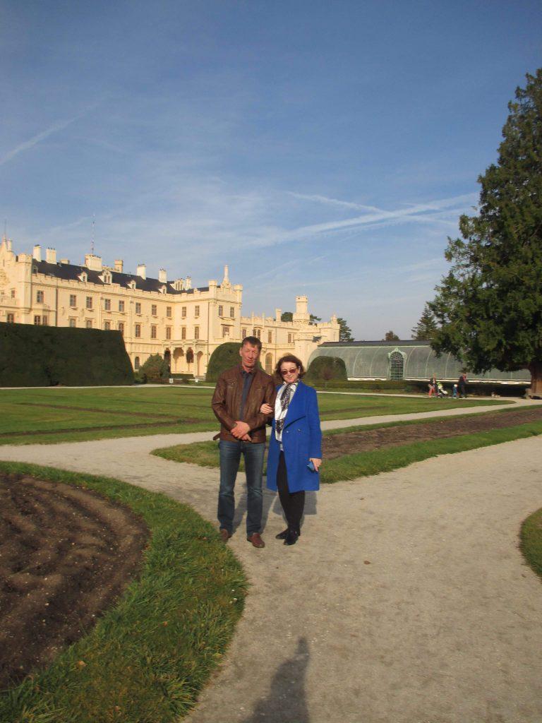 Наши туристы на экскурсии в Леднице: Геннадий и Элла