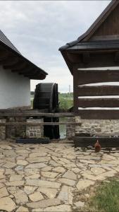 Мельница находится рядом с домиком, в котором можно помолоть муку жерновами